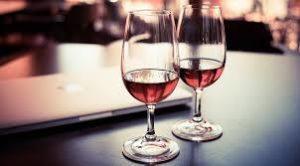Dva bokala s vinom