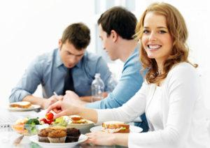 srtrudniki-prigotovivshie-obed